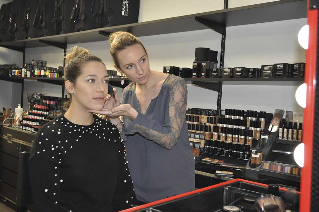 Professionnelle Peyrefitte Make-Up lors d'un atelier maquillage