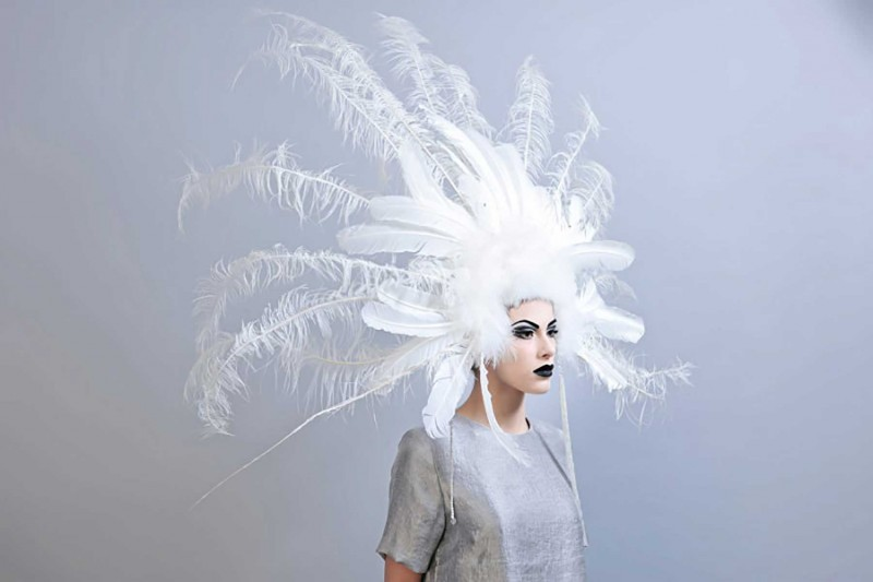 Maquillage et coiffure plumes.