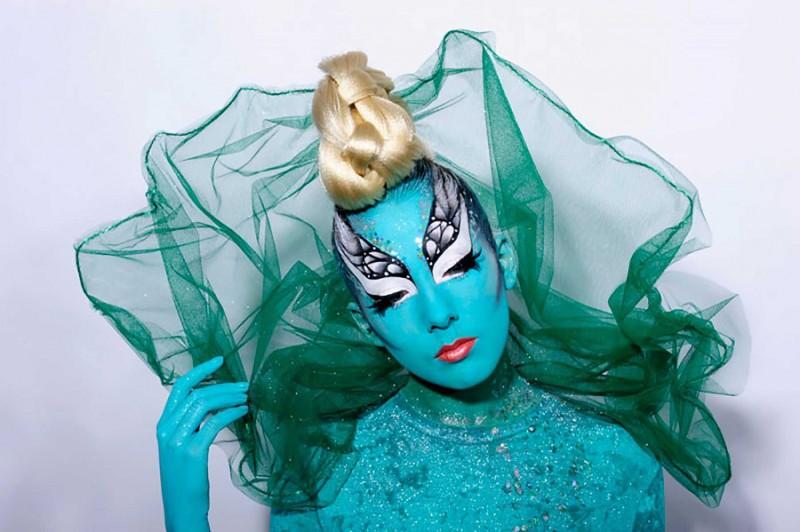 Facepainting bleu et coiffure studio.