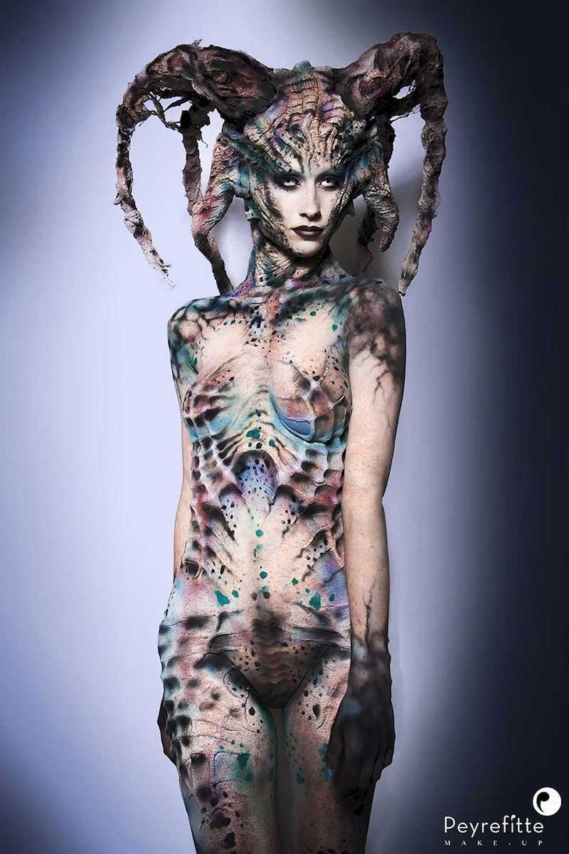 Créature réalisée par le prothésiste maquilleur formateur international Vincent de Monfreid. Modèle : Léa Quellec. Body painting, airbrush make-up, maquillage à l'aérographe.