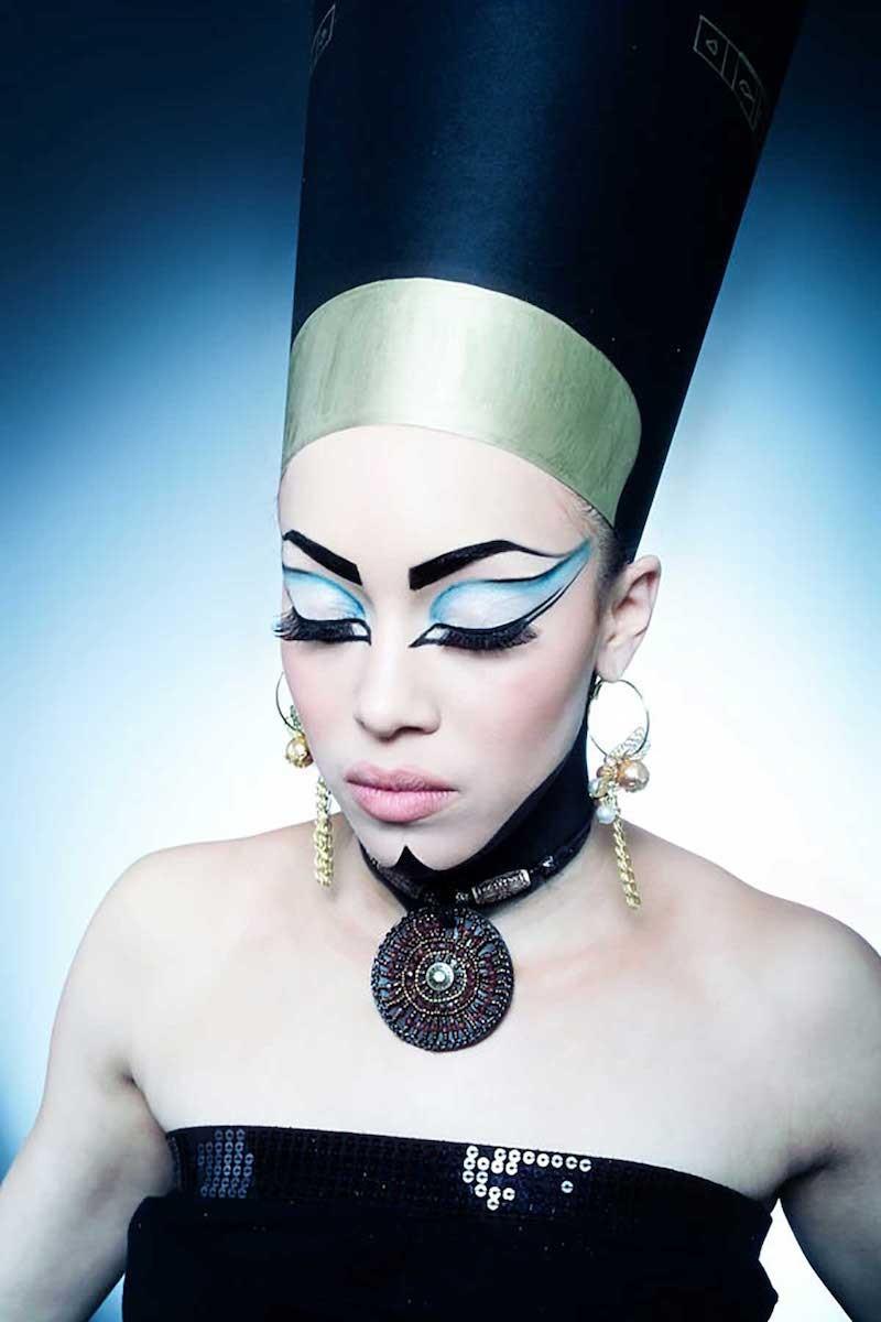 Mise en beauté maquillage égyptien.